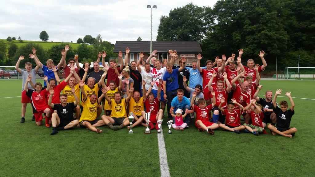 Die Dorfmannschaften des Stiefelcups nach der Siegerehrung